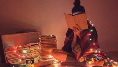 Ragazza, libri, luci natale